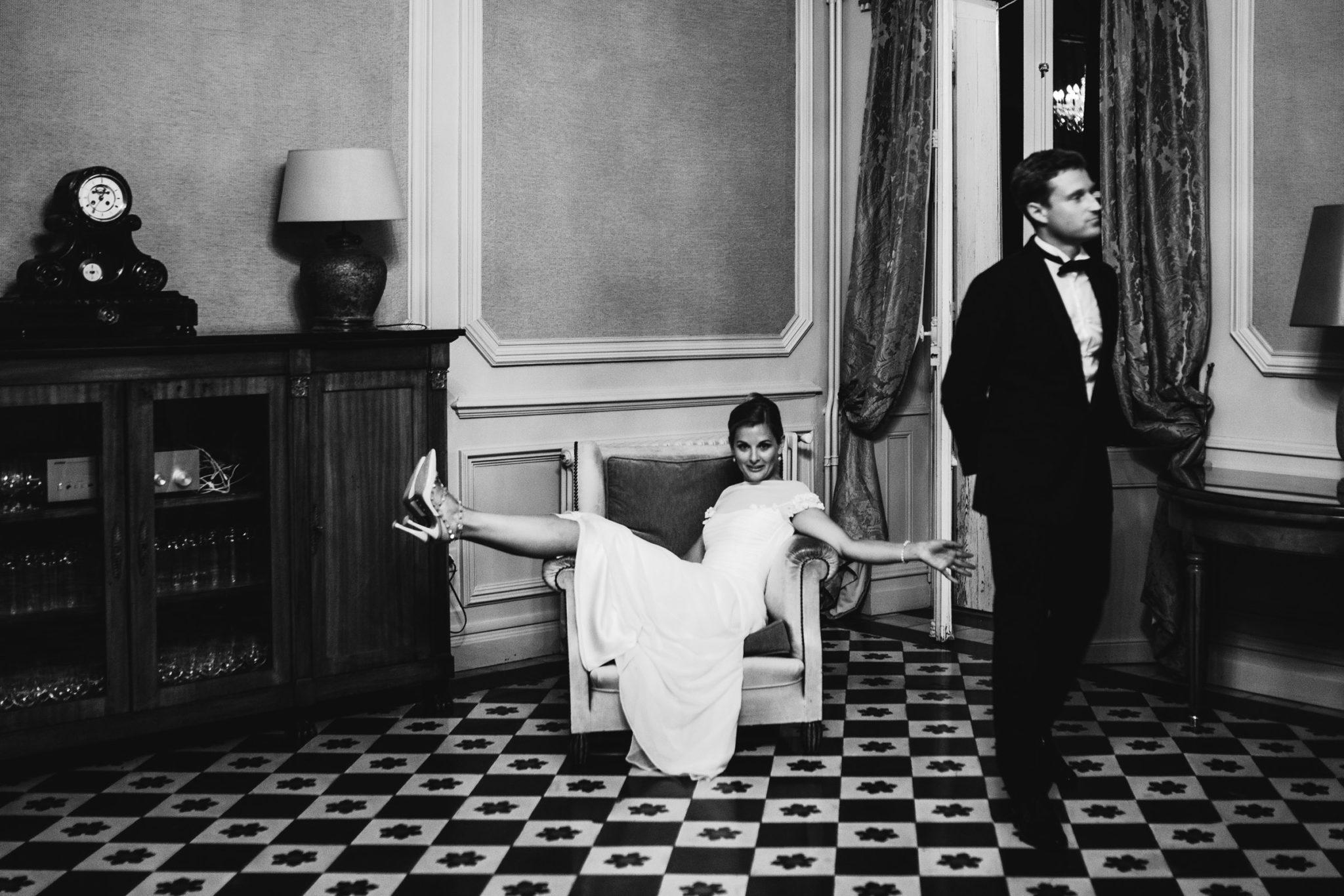 La mariée détend ses pieds après avoir dansé