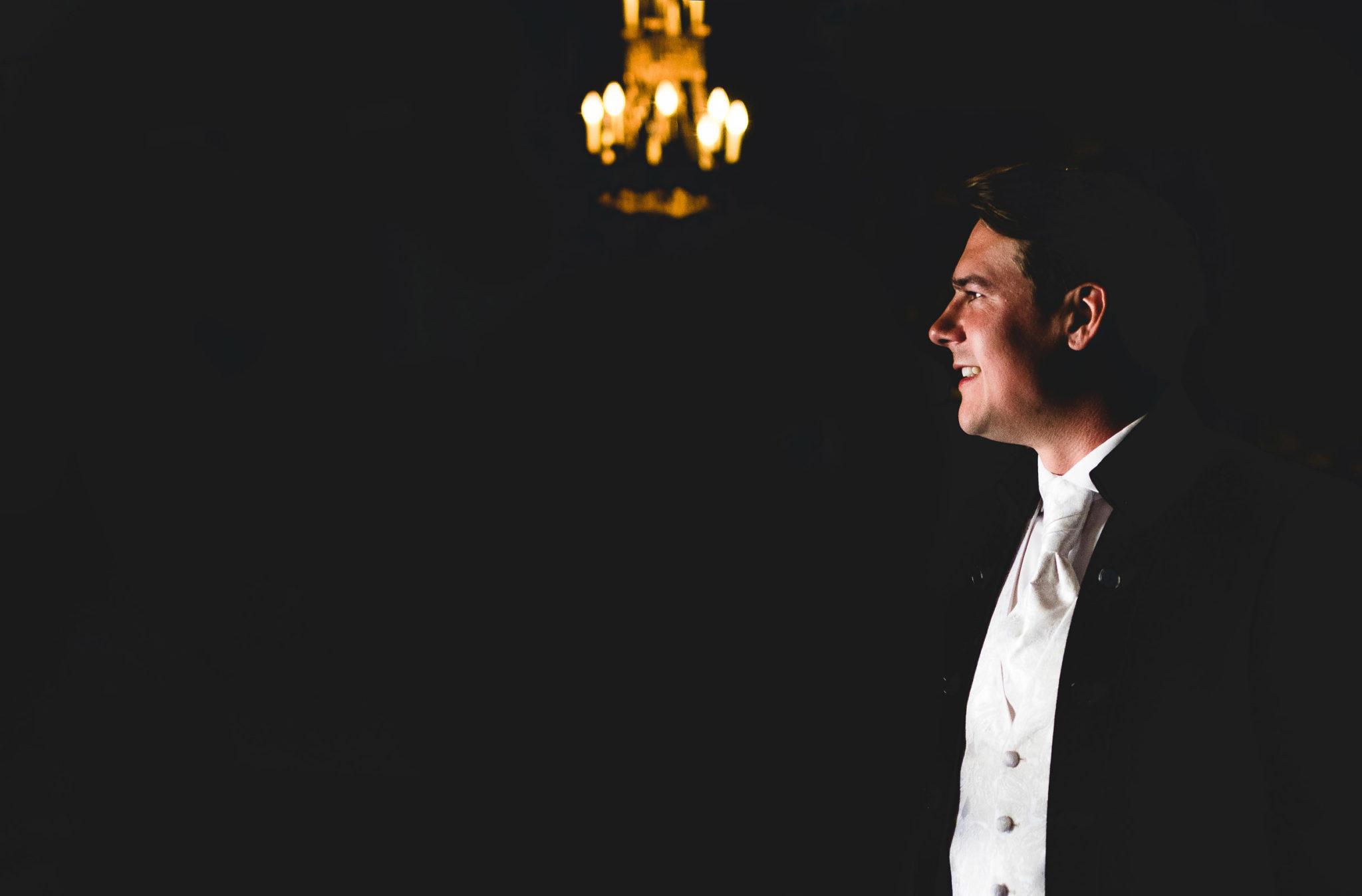 Le marié attend la future mariée dans l'église