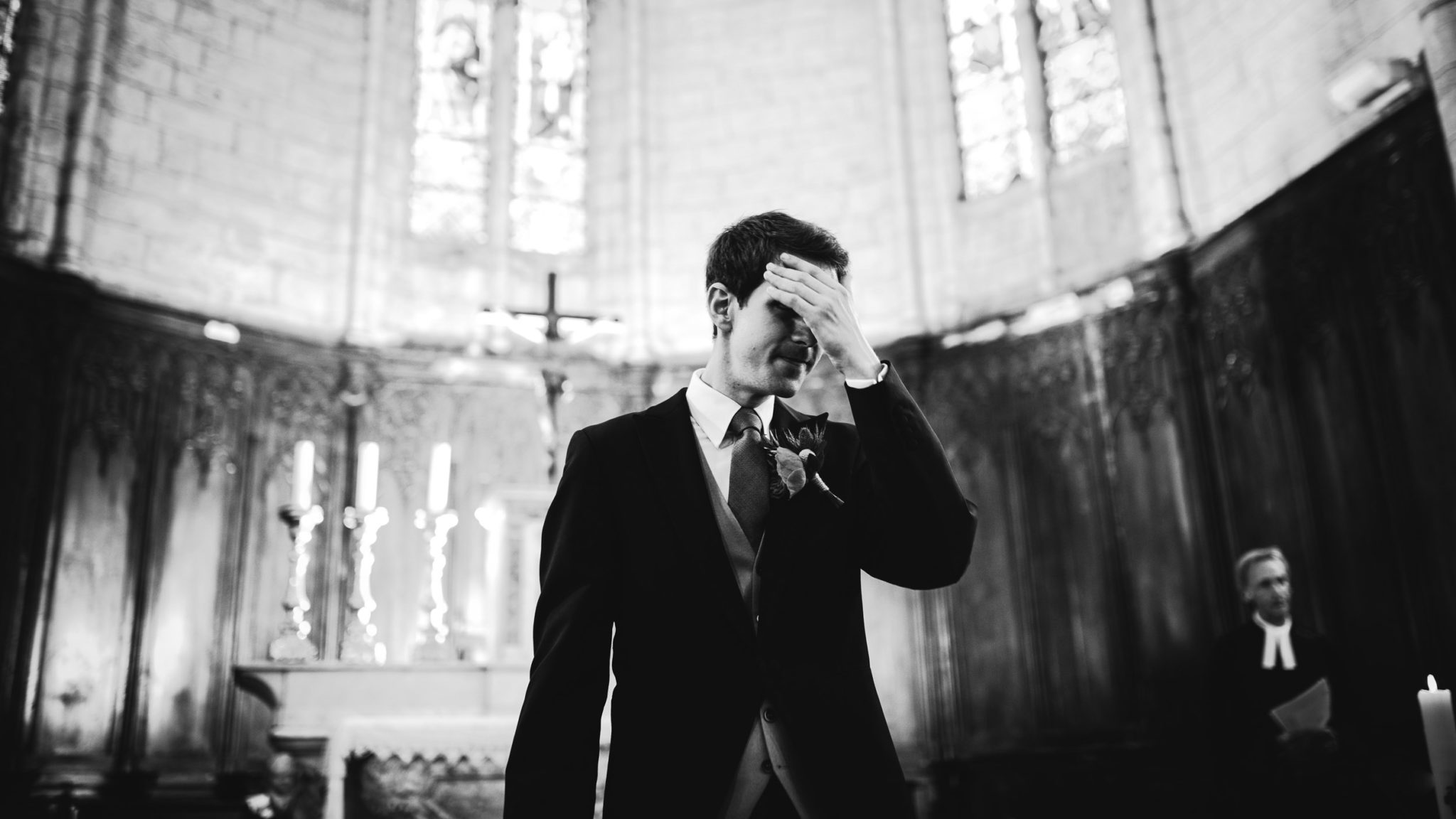 Le marié pleure devant l'autel