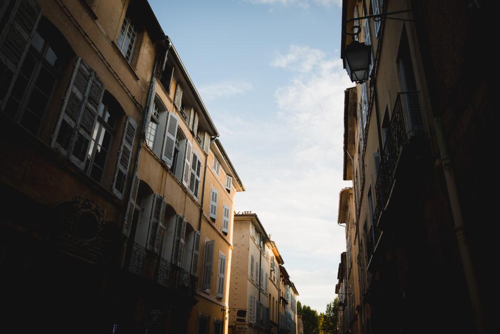 Duo de photographe et vidéaste de mariage dans la rue à Aix en Provence