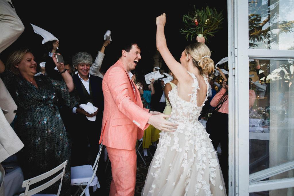 Duo de photographe et vidéaste : L'entrée en salle des mariés avant leur repas