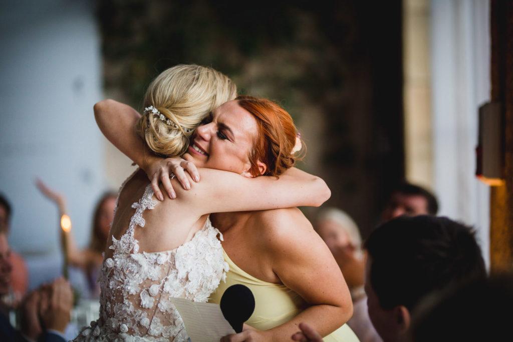 Duo de photographe et vidéaste : La mariée enlace sa soeur sans ses bras
