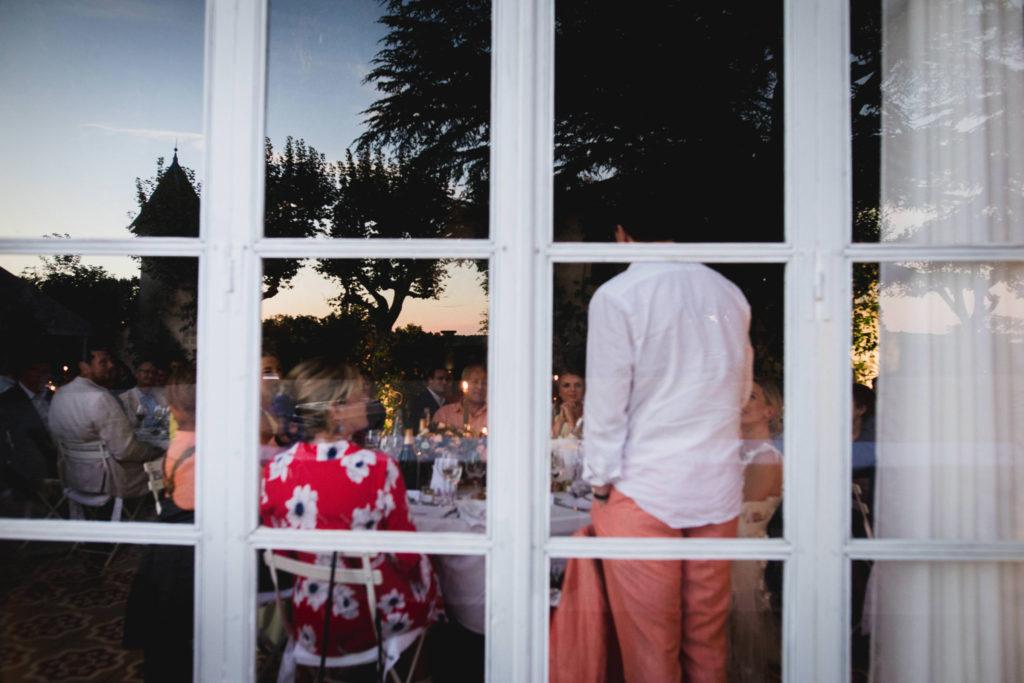 Duo de photographe et vidéaste : Vue depuis l'extérieur du marié en train de faire son discours