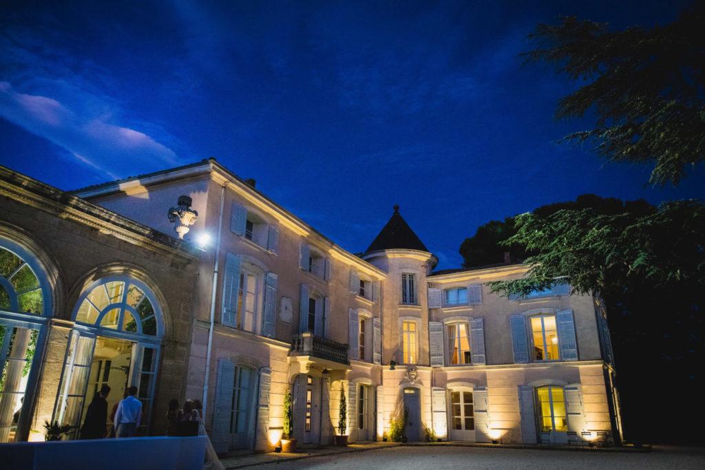 Photo de soirée mariage en Provence : Vue de nuit du château d'Alphéran