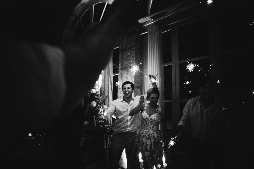 Photo de soirée mariage en Provence : Vue de nuit du château d'AlphéranArrivée de la pièce montée avec des scintillants devant les mariés heureux