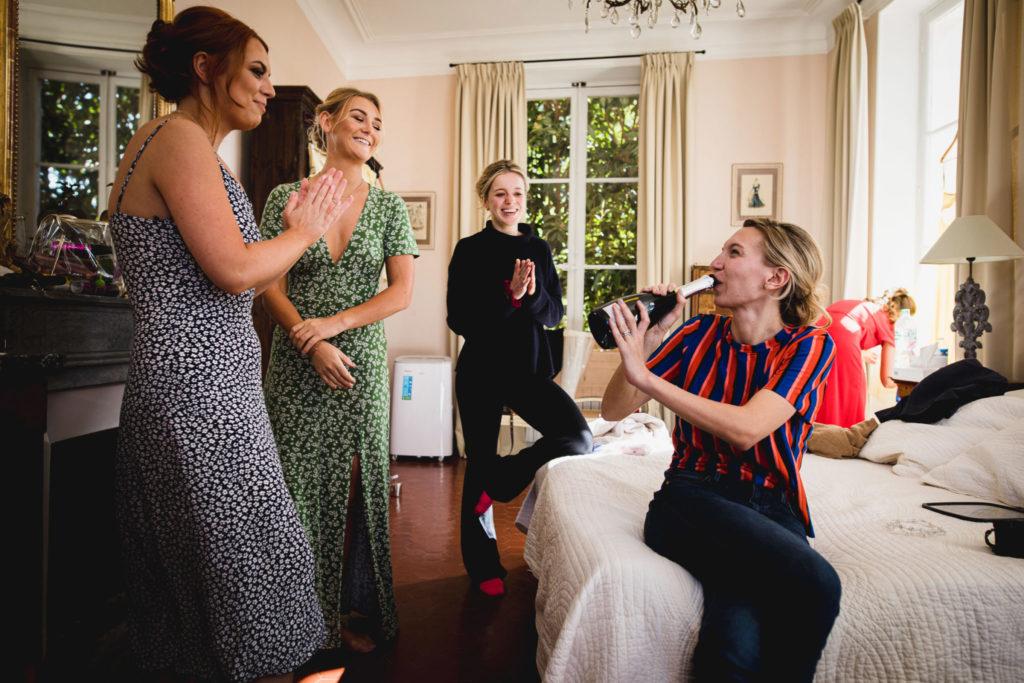 Duo de photographe et vidéaste : La future mariée boit du champagne avec ses témoins