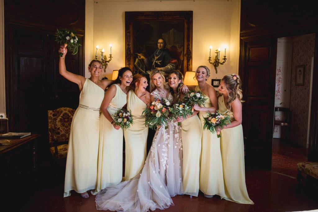 Duo de photographe et vidéaste : Photo de groupe de la mariée avec ses témoins