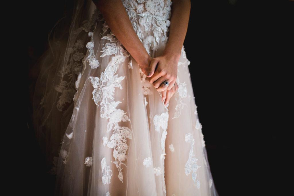 Photo de mariage en Provence : Les mains de la future mariée dans sa robe
