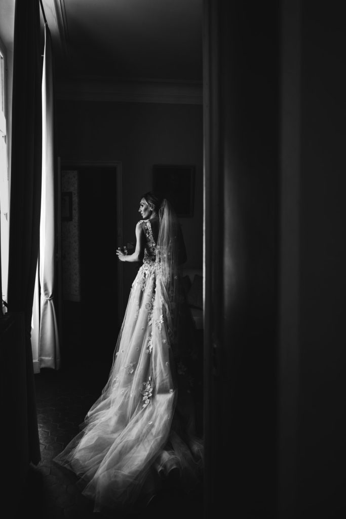 Photo de mariage en Provence : La mariée de dos en noir et blanc dans sa robe