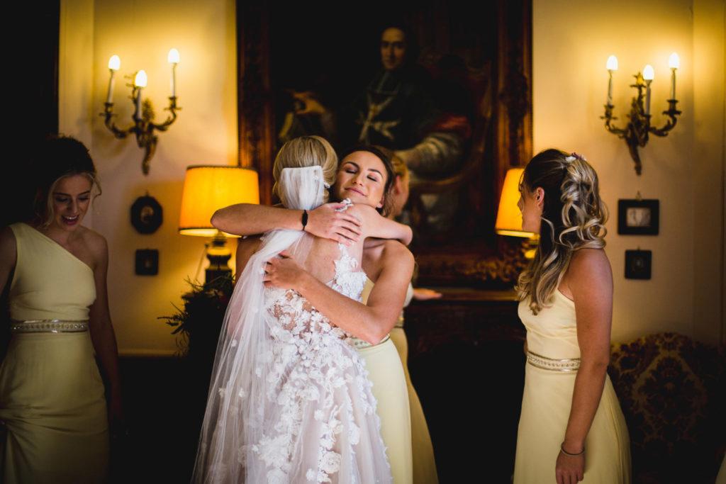 Duo de photographe et vidéaste : L'émotions des témoins de la mariée après l'habillage