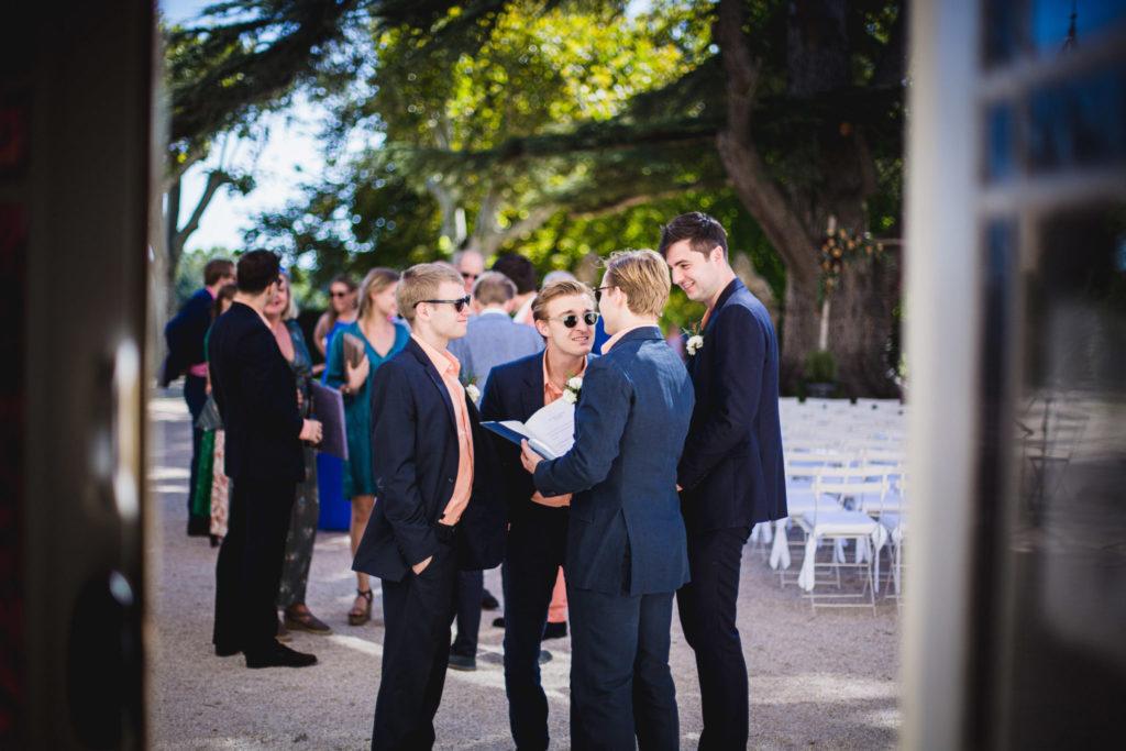 Le maitre de cérémonie accueil les invités au mariage