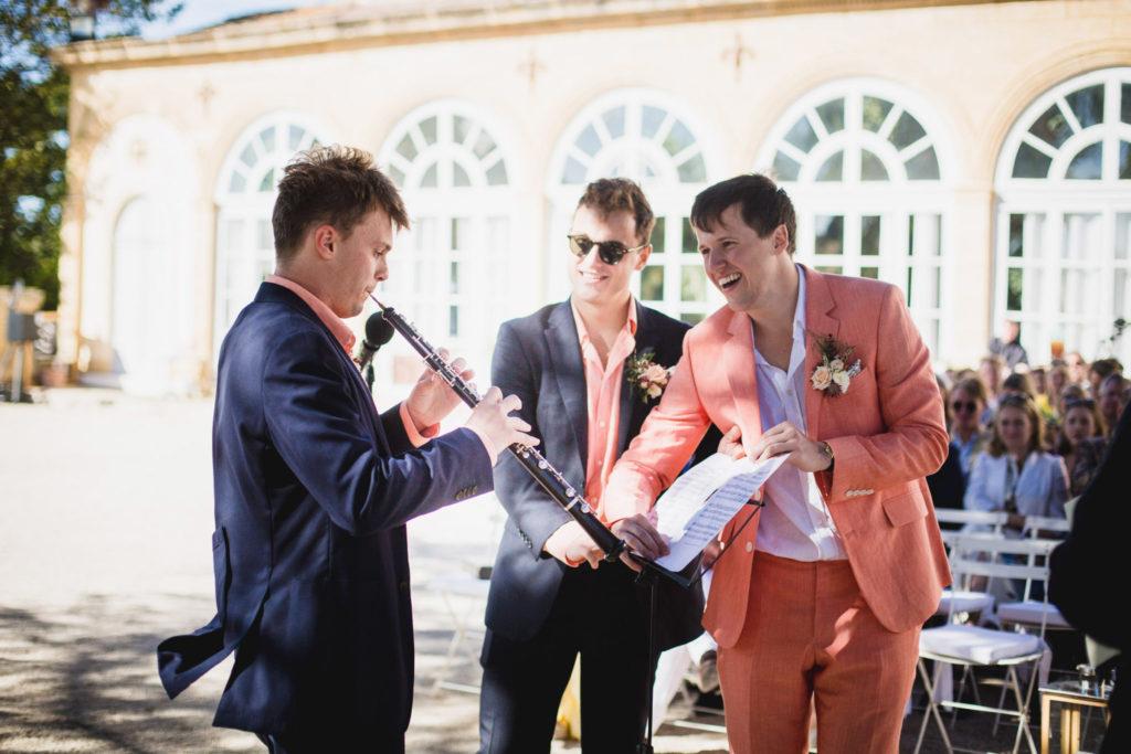 Les témoins jouent de la clarinette lors de la cérémonie de mariage