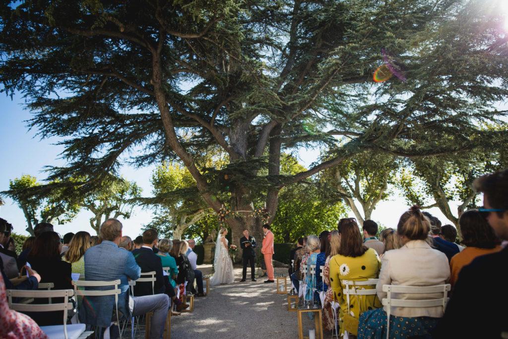 La cérémonie laïque en provence avec l'assistance qui regarde les mariés