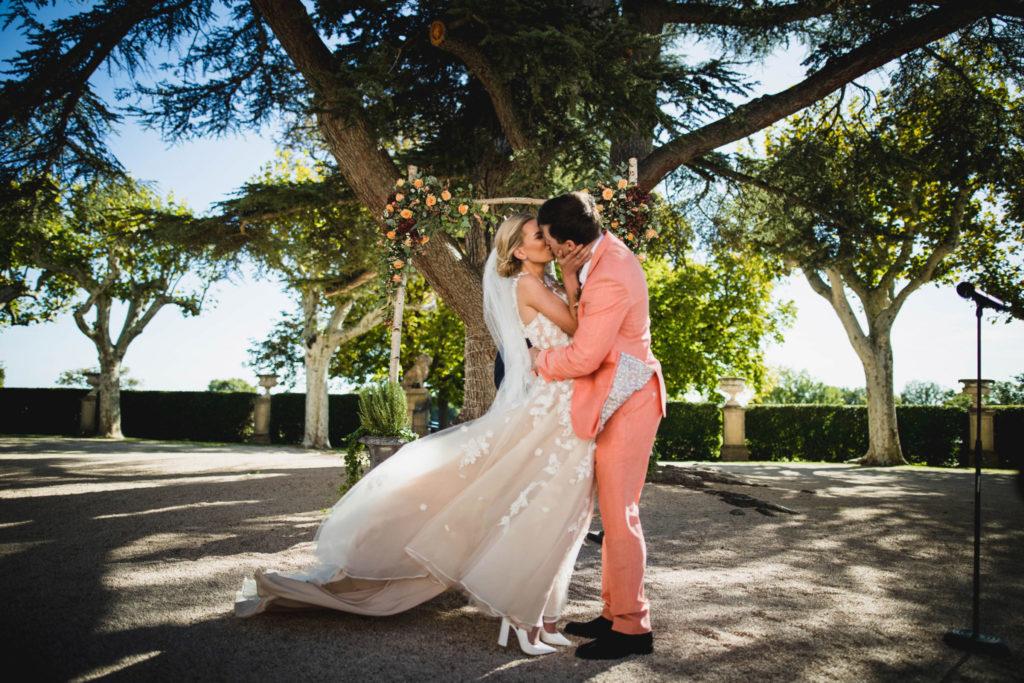 Les mariés s'embrassent après avoir été unis