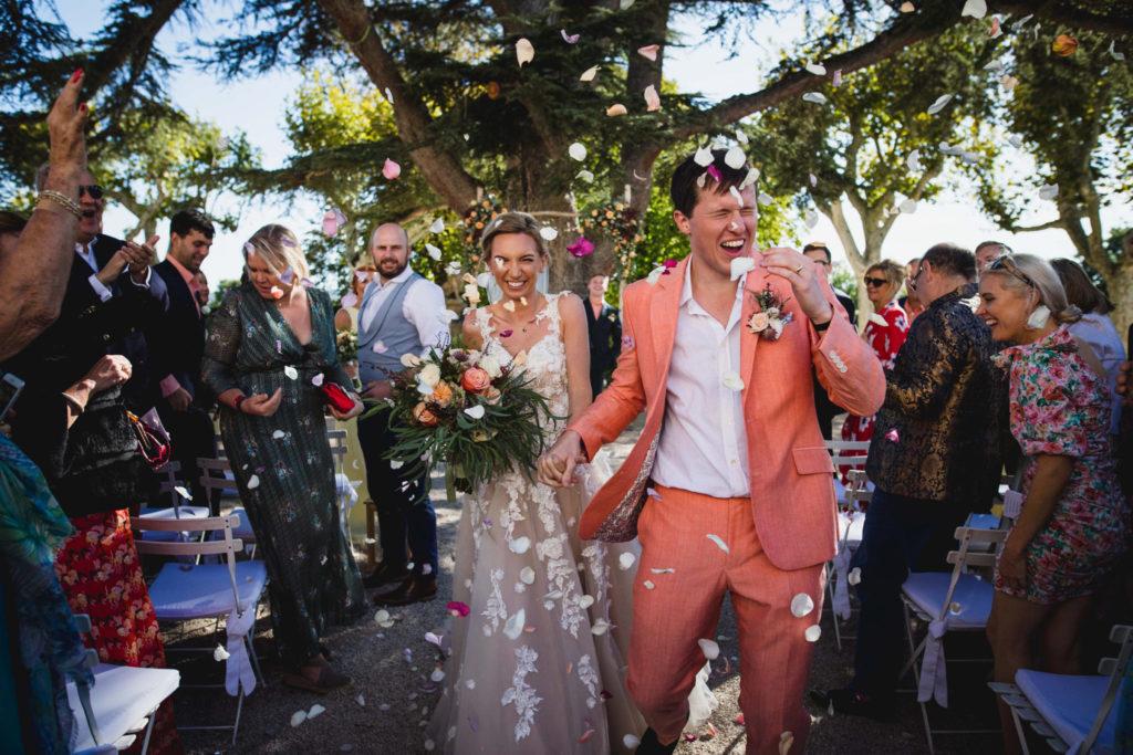 Lancé de pétales de rose sur les mariés lors de leur sortie de la cérémonie