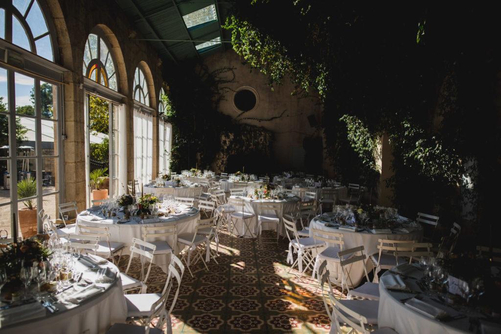 Duo de photographe et vidéaste : Salle de repas au château d'Alphéran en Provence décorée pour le mariage