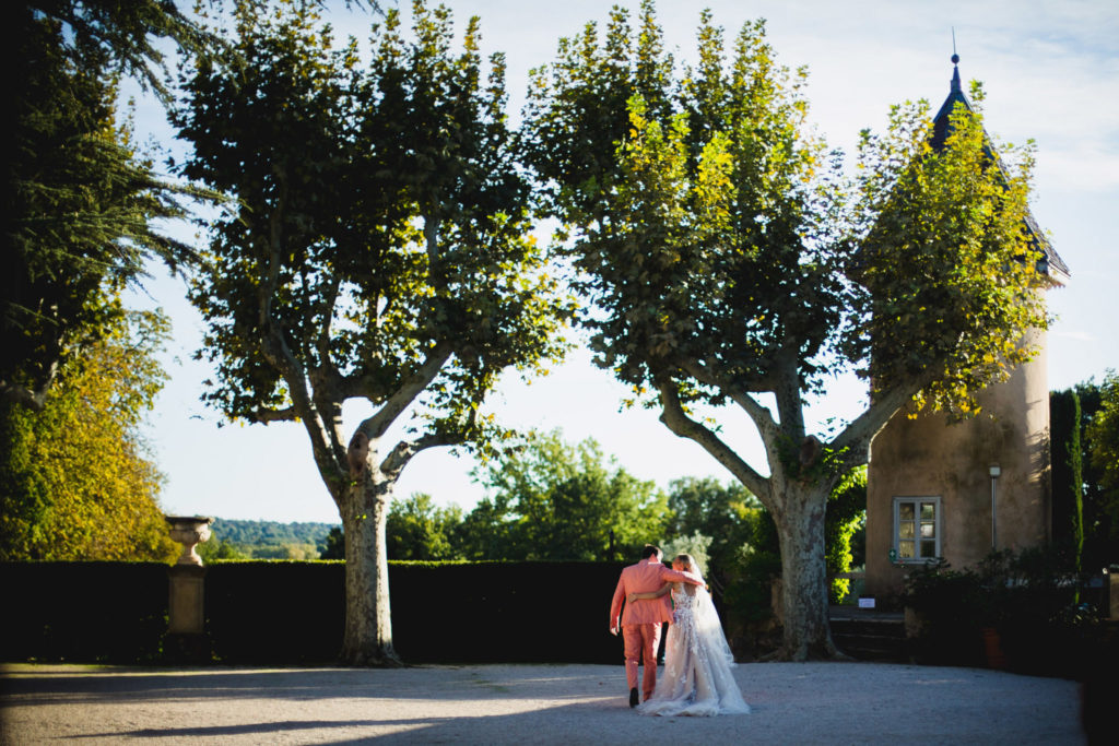 Les mariés rejoigent leur vin d'honneur