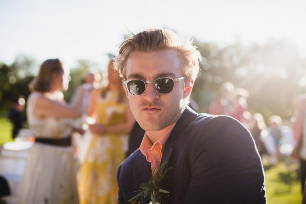 Un témoin danse lors du cocktail du mariage