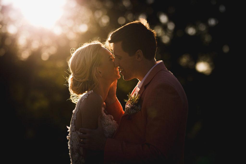 Photo de mariage et vidéo de mariage : meilleur duo de Provence : Les mariés à contre jour à la golden hour.