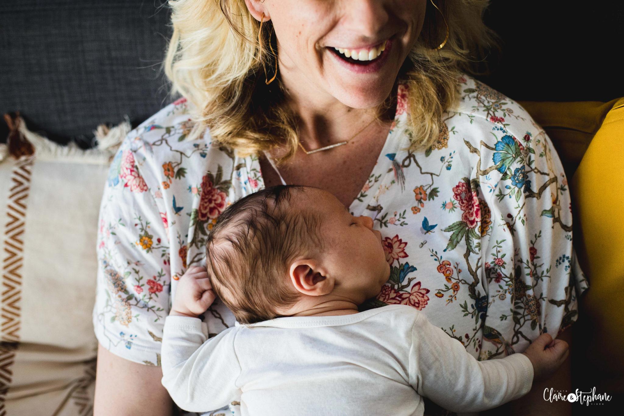 Maman avec bébé sur son ventre