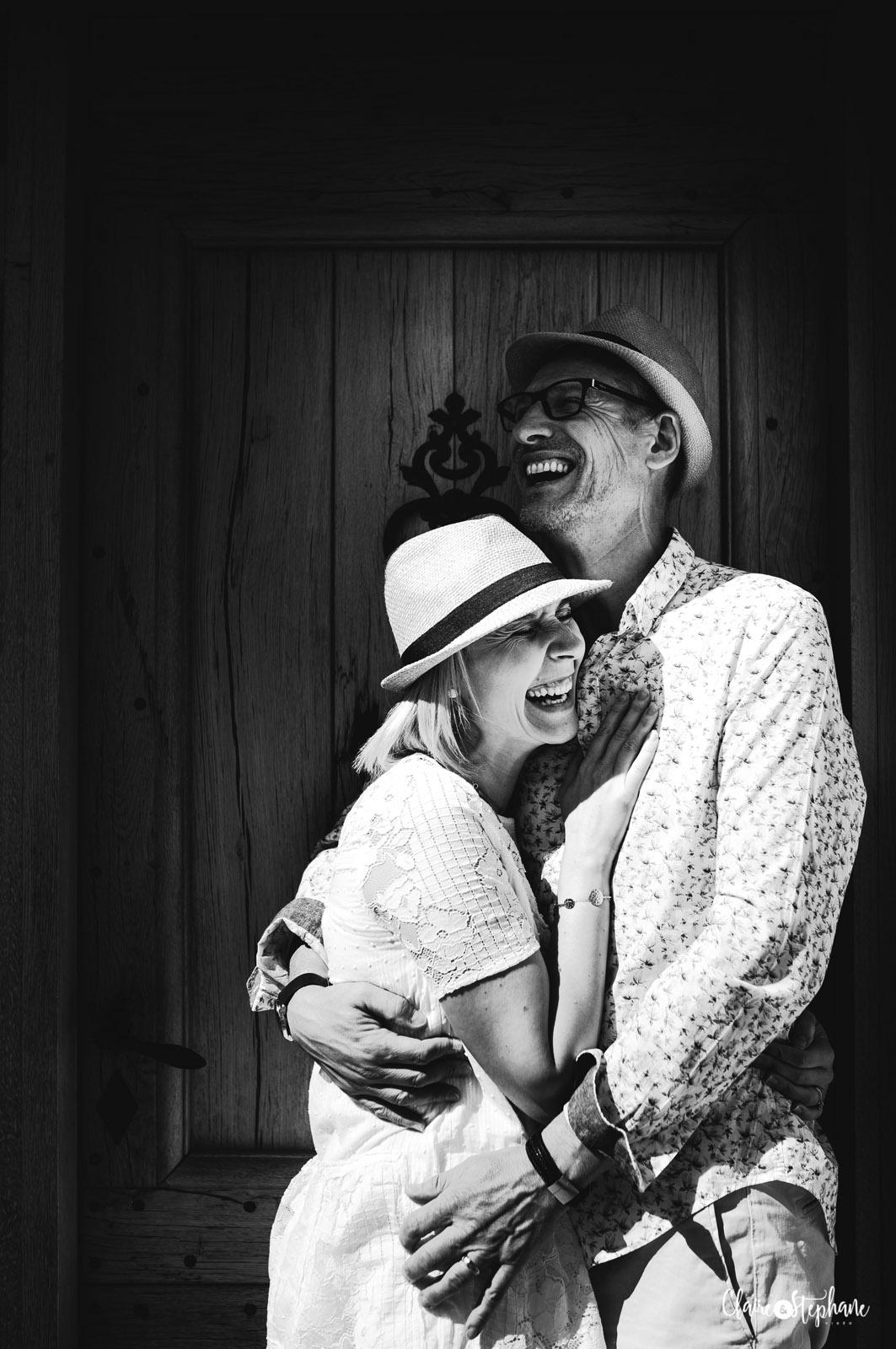 Couple rient devant une porte d'une maison dans le Luberon, photo en noir et blanc