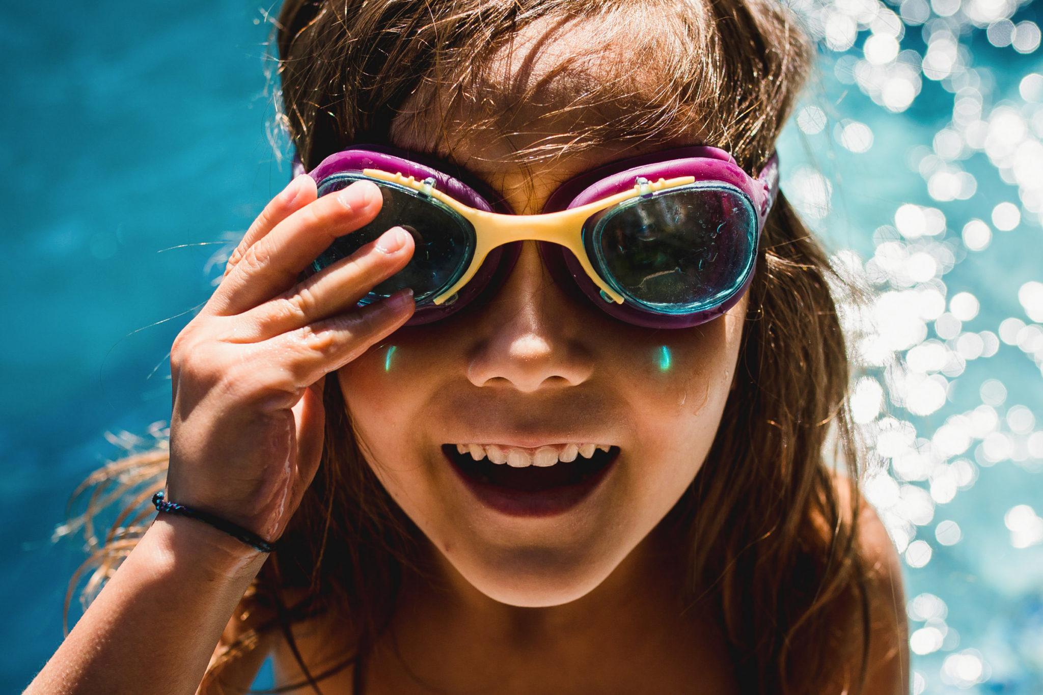 Photo de famille d'une jeune fille devant une piscine